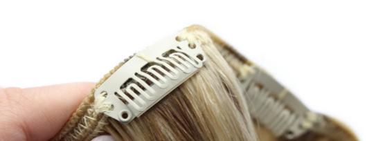 Pripevňovaním clip vlasov